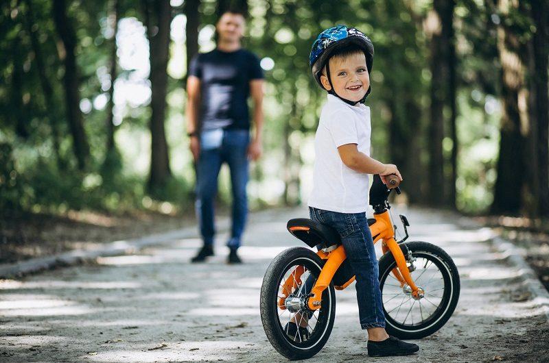 Cała prawda o kaskach dla dzieci do nauki chodzenia